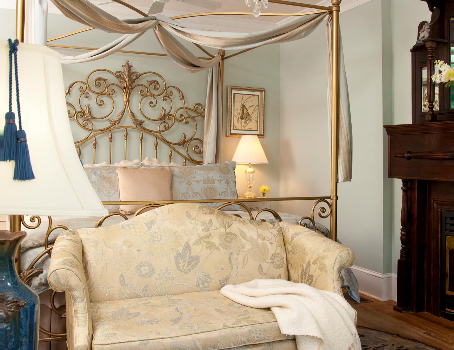 Accommodations in Manteo, NC Offer King Bed and 2 Person Couch