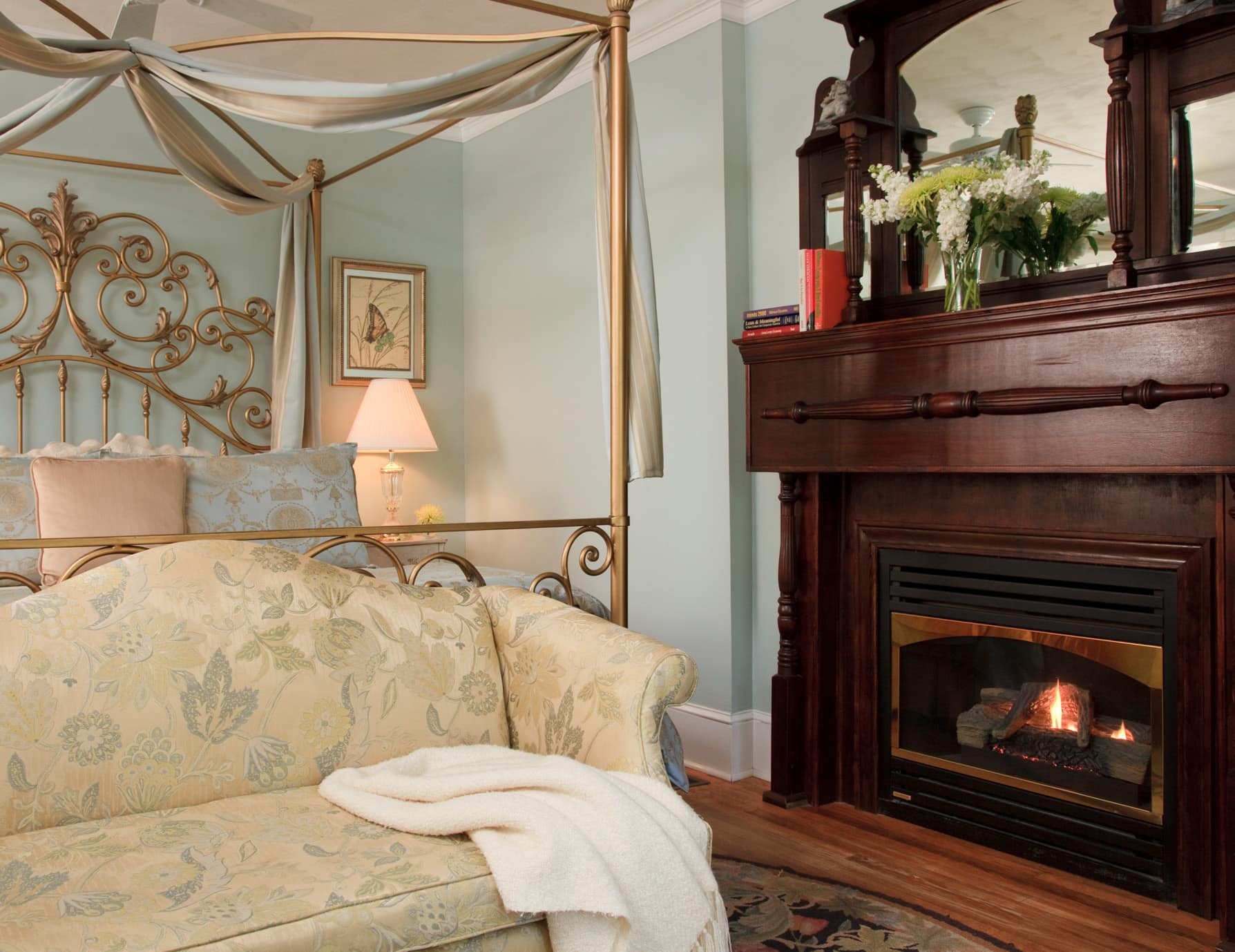 Manteo, NC Lodging Golden King Bed, Couch & Fireplace
