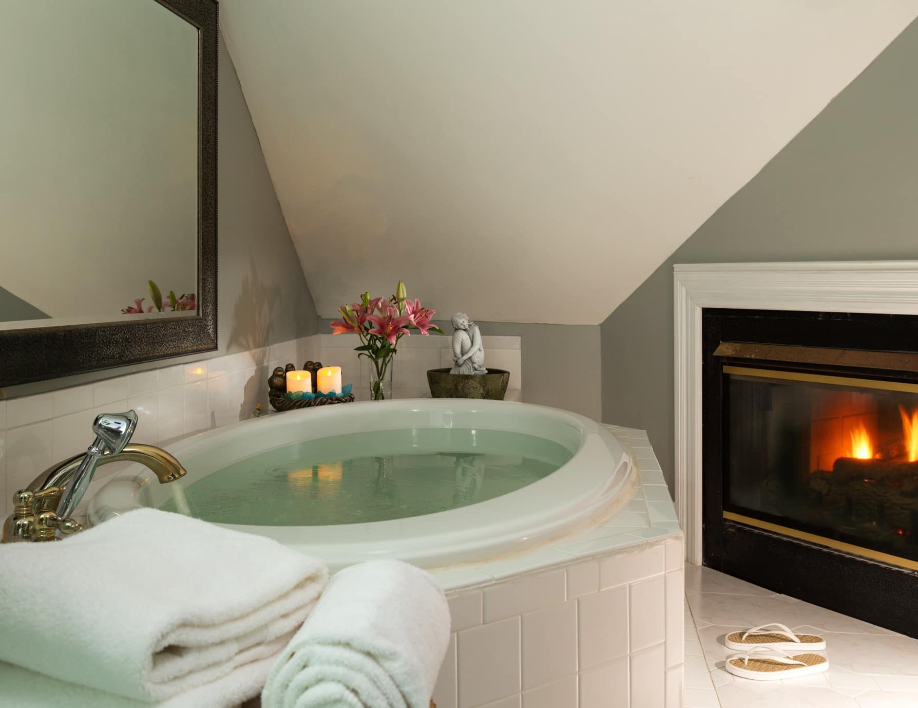 Outer Banks, NC Inn Jetted Tub and Cozy Fireplace