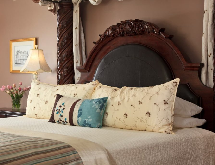 Roanoke Island Accommodation King Bed and Pillows