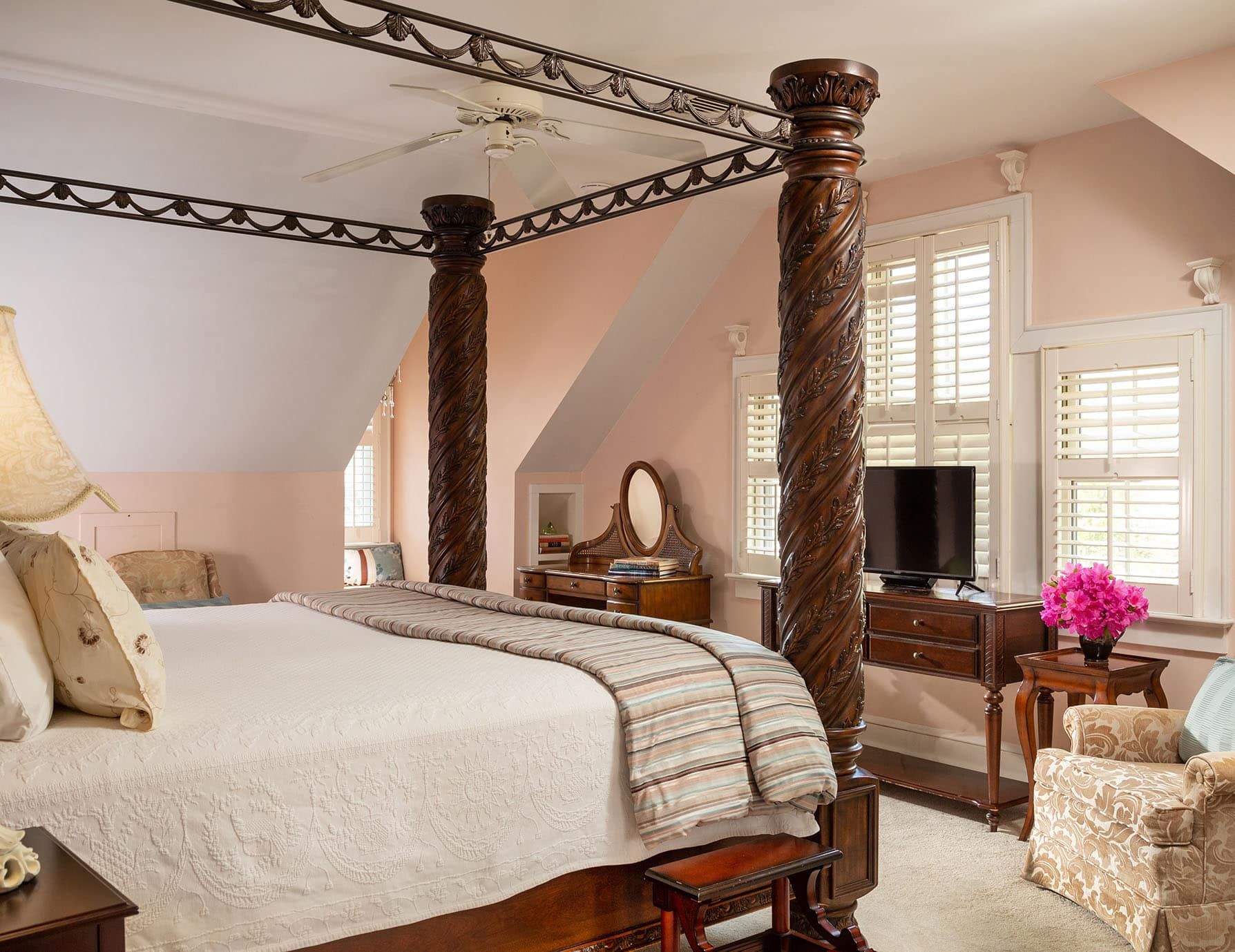 Roanoke Island Accommodations Offer a King Four Poster Bed