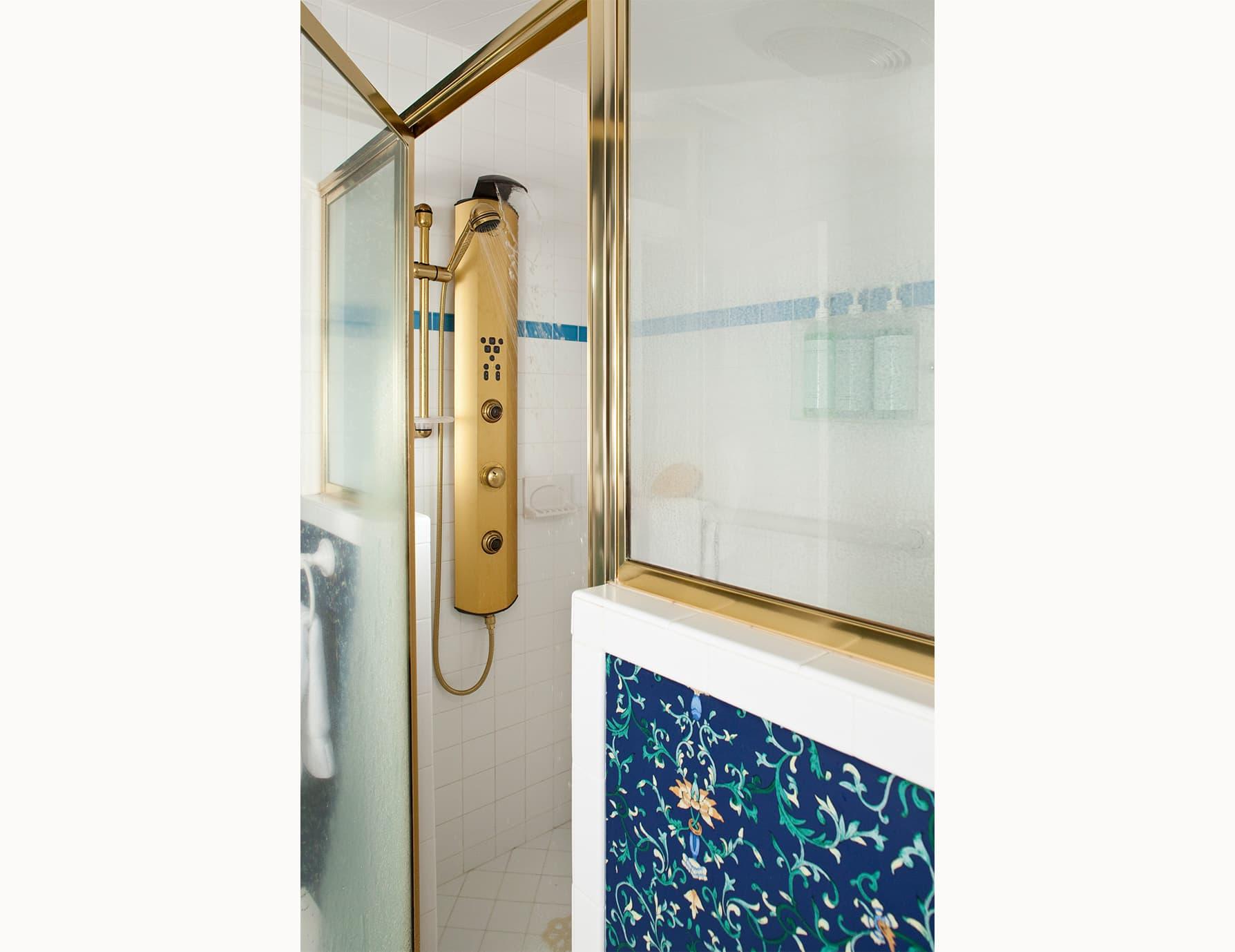 Roanoke Island Inn Glass Jetted Walk in Shower