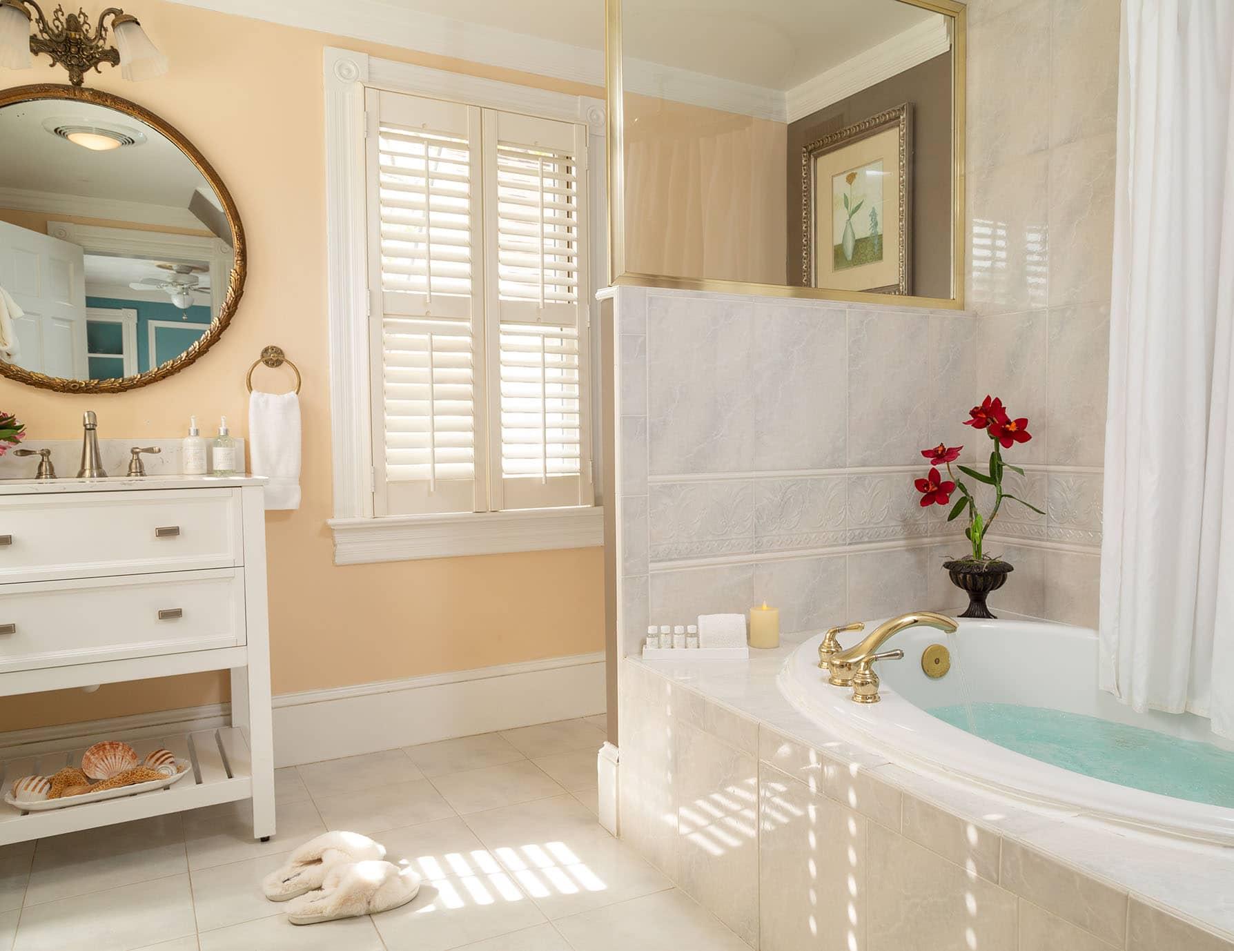 Roanoke Island Inn Luxurious Jetted Tub