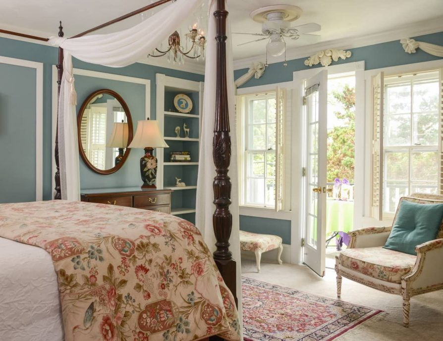 Roanoke Island Lodging Queen Four Poster and Private Patio