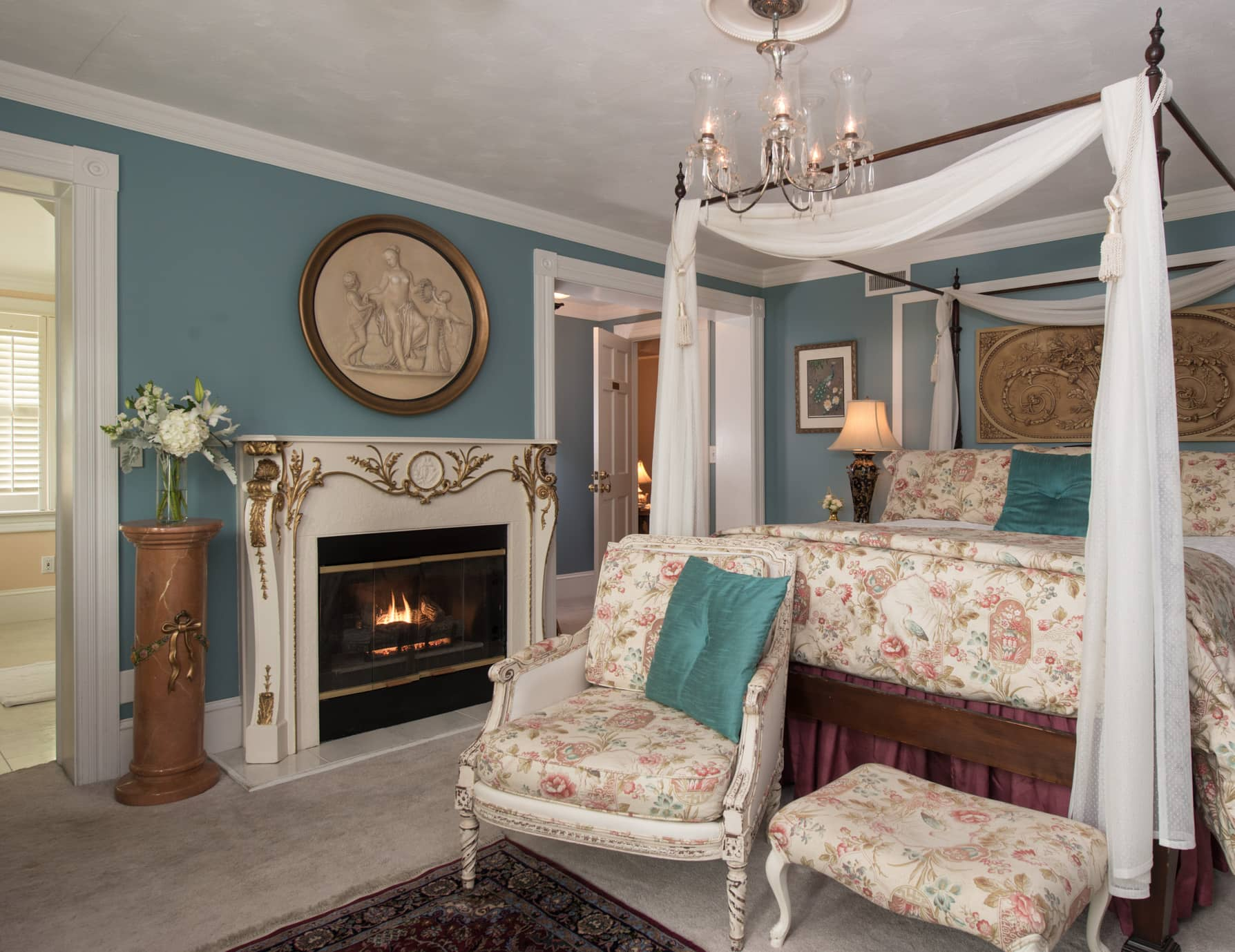 Roanoke Island Inn Fireplace and Queen Four Poster Bed