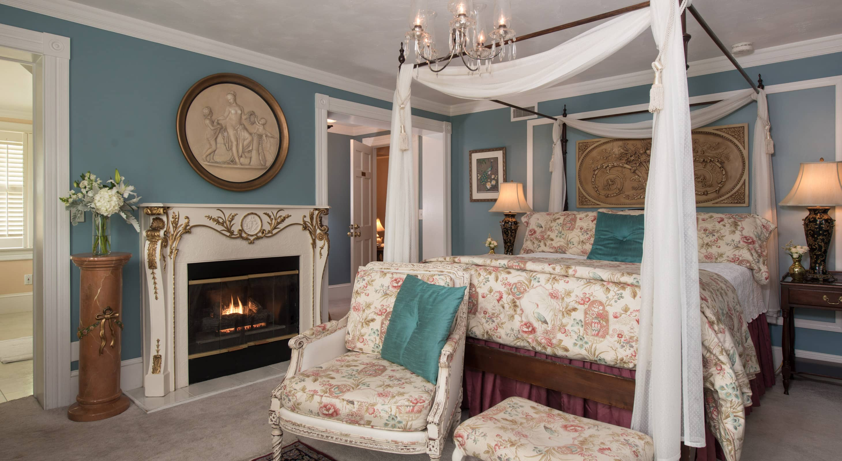 Roanoke Island Lodging Queen Bed, Sitting Area and Fireplace