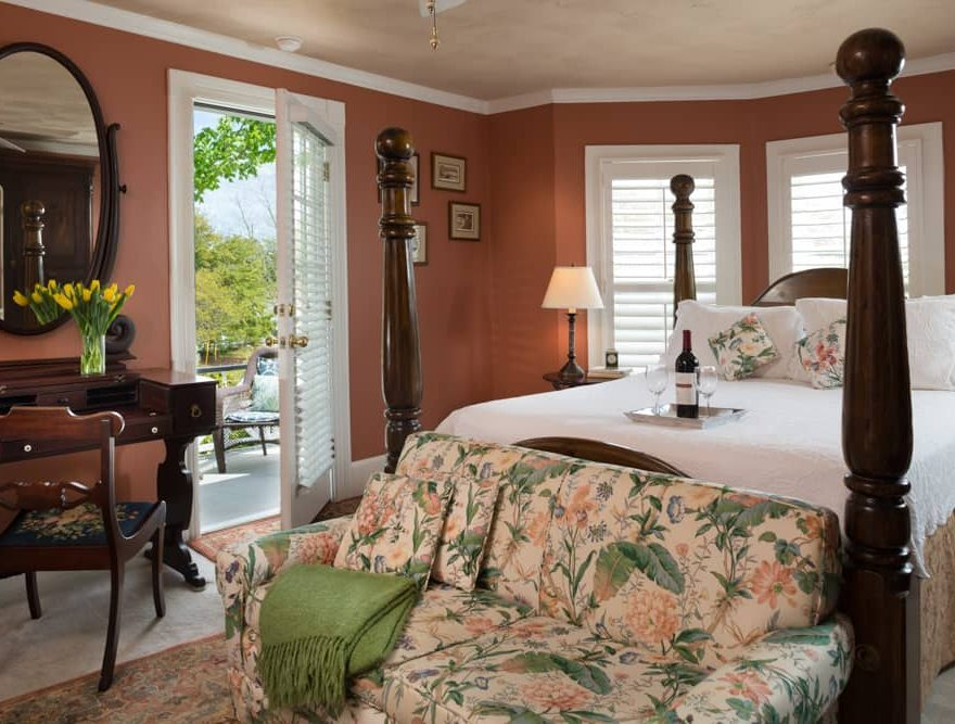 Manteo NC Accommodations Featuring a Queen Bed and Balcony