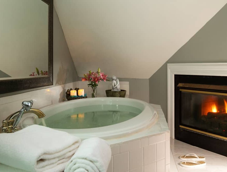 Jetted Tub and Fireplace for a Romantic Getaway ini NC