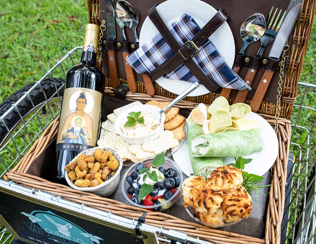 Dinner basket with wine