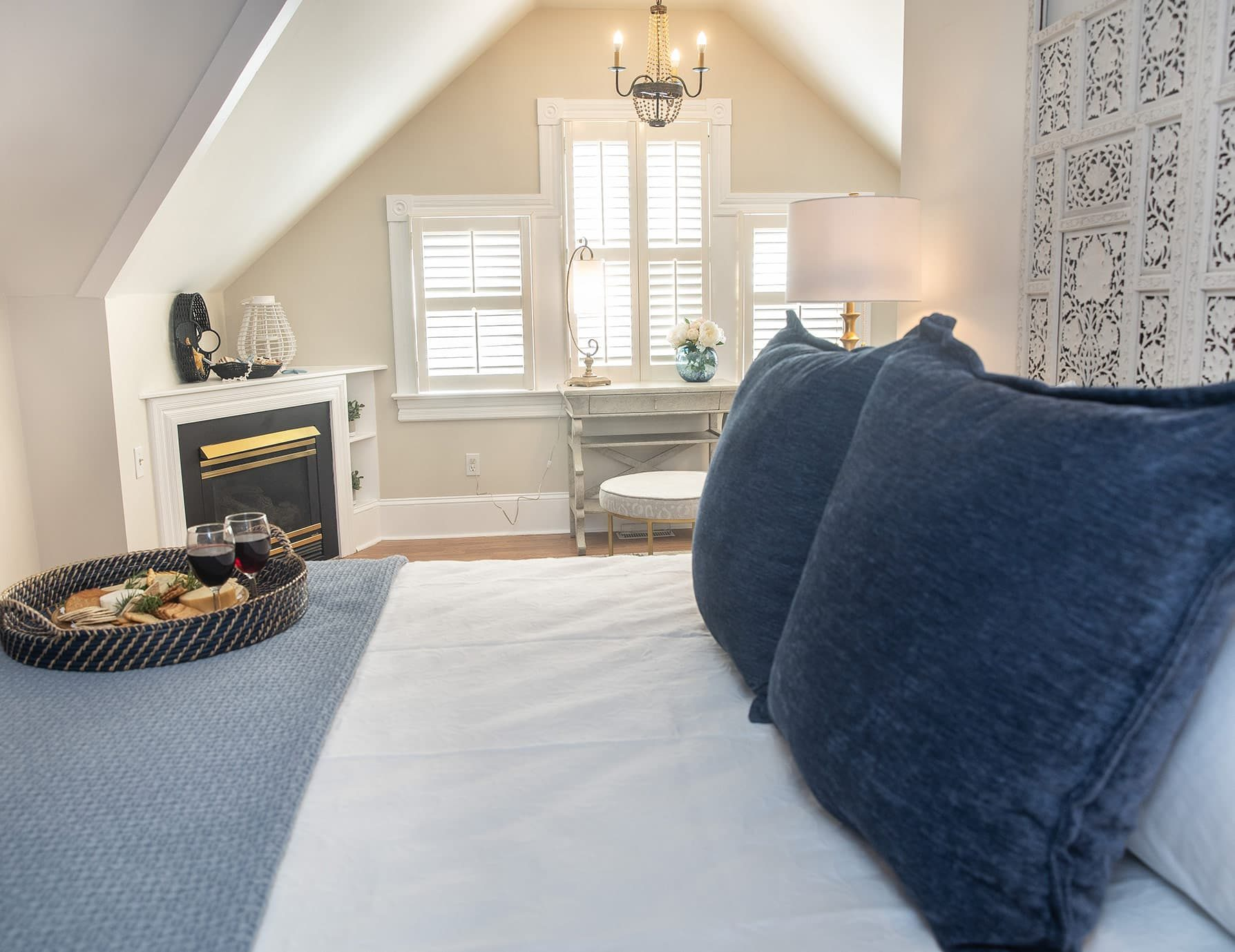 Scuppernong Suite bed - Dog Friendly Outer Banks lodging